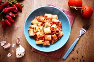 Медзе манике с доматен сос и риба тон